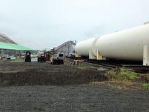 Instalation do depósito de gasolina em Alaska foto de stock