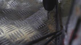 instalator Musztruje błyszczącego metal z handtool w metalu warsztacie Zakończenie Świderu kawałek ciie metal Metali golenia zbiory