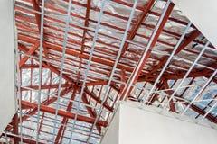 Instale el marco metálico para el techo del tablero de yeso en la casa imagen de archivo libre de regalías