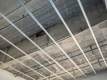 Instale el marco metálico para el techo del tablero de yeso en la casa fotografía de archivo libre de regalías