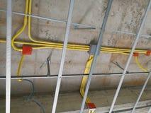 Instale el tubo del marco y del cableado del techo foto de archivo