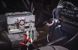 Instale la nueva radio del dinar 2 en el coche imágenes de archivo libres de regalías