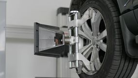 Instale o equipamento na auto ferramenta do serviço que repara o carro, mecânicos trabalham video estoque