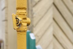 Instale tubos con una grúa para el suministro de gas contra la perspectiva de una casa hecha de la madera Copie el espacio imagenes de archivo