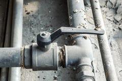 Instale tubos del abastecimiento de agua, ambo vieja corrosión del moho foto de archivo libre de regalías