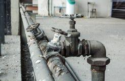 Instale tubos del abastecimiento de agua, ambo vieja corrosión del moho fotografía de archivo