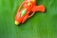 Instale tubos el arma en la hoja del plátano por el festival de Songkran o el Año Nuevo tailandés Fotografía de archivo