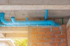 Instale tubos la línea agua en techo del cemento en la construcción en nuevo buildin imagen de archivo libre de regalías