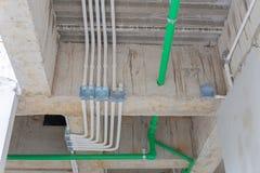 Instale tubos la línea agua y conductos y tubos de acero galvanizados del upvc para fotografía de archivo