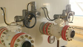 Instale tubos las construcciones con los dispositivos en el departamento de la compañía petrolera almacen de metraje de vídeo