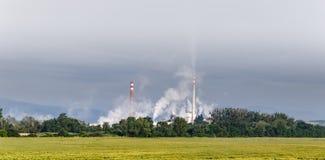 Instale tubos las emisiones en la atmósfera fotos de archivo