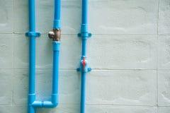 Instale tubos PVC, tubo del Pvc para el alcantarillado en el edificio exterior Imagenes de archivo