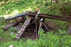 Instale tubos y el canal de madera en el bosque fotografía de archivo