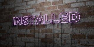 INSTALLÉ - Enseigne au néon rougeoyant sur le mur de maçonnerie - 3D a rendu l'illustration courante gratuite de redevance illustration de vecteur