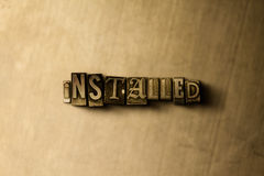 INSTALLÉ - le plan rapproché du vintage sale a composé le mot sur le contexte en métal illustration stock