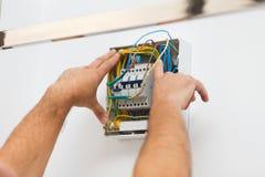 Installando fusibile elettrico a casa immagini stock libere da diritti