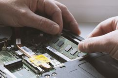 Installando i moduli di memoria nel primo piano del computer portatile fotografia stock