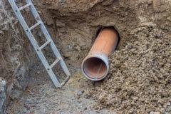 Installando i tubi sotto la strada Fotografie Stock Libere da Diritti