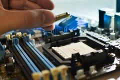 Installando il CPU nella scheda madre Fotografia Stock