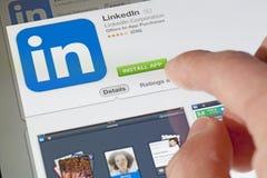 Installando il Linkedin app su un ipad Fotografia Stock Libera da Diritti
