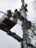 Installando il ripetitore sulla torre fotografia stock