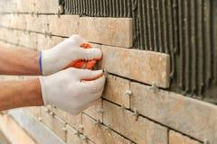 Installando le mattonelle sulla parete Immagine Stock Libera da Diritti
