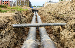 Installando le reti di tubazioni del riscaldamento centrale di un quartiere (Russia) immagini stock libere da diritti