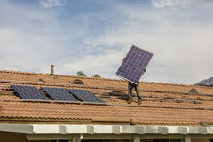 Installando nuovo solare sulla residenza Fotografie Stock Libere da Diritti
