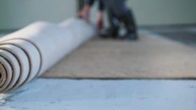 Installando un tappeto sul pavimento video d archivio
