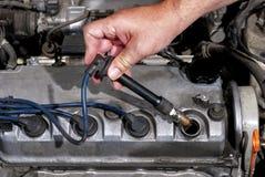 Installando uno sparkplug in un'automobile fotografia stock libera da diritti