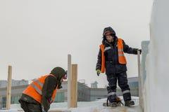 Installateurs bij de bouw van de ijsstad royalty-vrije stock afbeelding