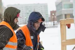 Installateurs bij de bouw van de ijsstad stock foto