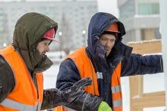Installateurs bij de bouw van de ijsstad stock fotografie