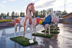 Installatie in de vorm van cijfers van paarden, in ornamentethnos wordt geschilderd, die in Kazachstan leven dat stock foto