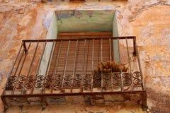 Installatie in een balkon van een oud verlaten huis royalty-vrije stock foto