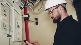 Installatie en onderhoud van windenergieinstallaties stock videobeelden