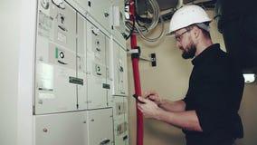 Installatie en onderhoud van windenergieinstallaties stock footage