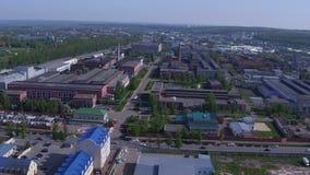 Installatie en Weg van de panorama de de Moderne Raffinaderij stock video