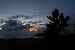 Installatie` s silhouet bij de achtergrond van de zonsonderganghemel royalty-vrije stock afbeeldingen