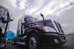 Installatie semi vrachtwagens die zich op trakstope op bewolkte hemel als achtergrond bevinden Royalty-vrije Stock Foto
