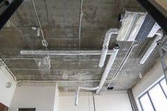 Installatie van airconditioning en ventilatie in een nieuw bedrijf royalty-vrije stock foto's
