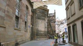 Installatie van de arbeiders de optische vezel in Franse stad van de arbeiders van Straatsburg op straat stock videobeelden