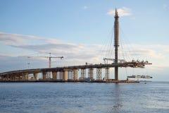 Installatie van de laatste vlucht van de Westelijke Hoge snelheidsdiameter Ring Road over de Golf van Finland Stock Foto's