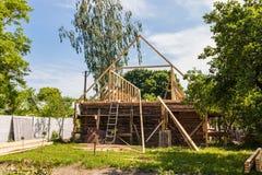 Installatie van een nieuw houten dak op een woningshuis door een team van schrijnwerkers en roofers stock fotografie