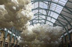 Installatie van hartslag de witte ballons door Charles Petillon Royalty-vrije Stock Foto