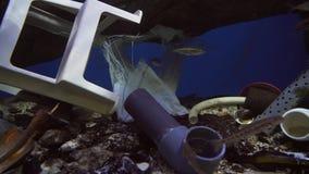 Installatie van het belemmeren van rivieren en meren op planeet met afval van menselijke de lengtevideo van de activiteitenvoorra stock video