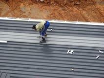 Installatie van het dakblad van het metaaldek door bouwvakkers royalty-vrije stock afbeelding