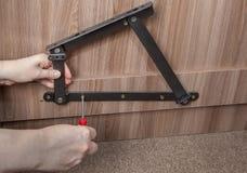 Installatie van het opheffende mechanisme van de staallente op houten bedfra Royalty-vrije Stock Afbeeldingen
