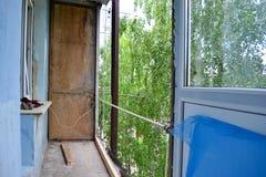 Installatie van nieuwe vensters op het balkon stock afbeeldingen