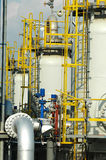 Installatie van olie en gasraffinaderij stock foto's